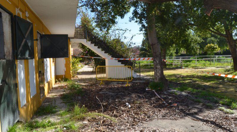Aspecto que presentaba ayer la entrada al pabellón de oficiales del Depósito de Sementales de Jerez.