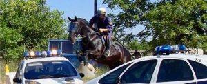 El Inspector Almansa saltando dos coches patrulla durante un entrenamiento ordinario.