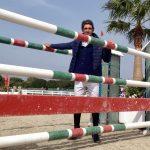 """El jinete sevillano Manuel Fernández Saro, """"Fanfa"""", ayer, dentro de un fondo de la pista de arena de Dehesa Montenmedio, Vejer, donde el domingo 19 acaban las pruebas del Circuito Hípico del Sol."""