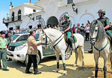 El delegado del Gobierno en Andalucía saludando a algunos de los efectivos destacados en El Rocío en la explanada de la ermita en la romería de 2016. (Foto: Manuel Aranda)