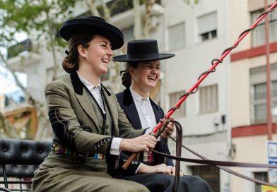 Dos participantes en el desfile de la Real Maestranza en una imagen de archivo. Fuente: Real Club de Enganches de Andalucía.