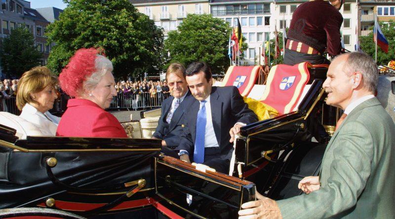 El directivo Manuel Beltrán saliendo de una calesa en Aachen, donde fue recibido, junto a la Infanta Pilar, por el alcalde alemán con motivo de los Juegos Ecuestres Jerez 2002. (Foto: Diario de jerez)