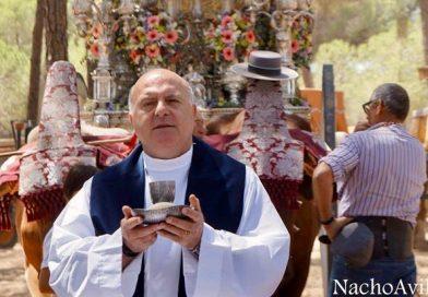 El párroco del Rocío sosteniendo el cáliz delante de dos bueyes en el camino del Rocío en una imagen de archivo. (Foto publicada en rocierosenelmundo.com)
