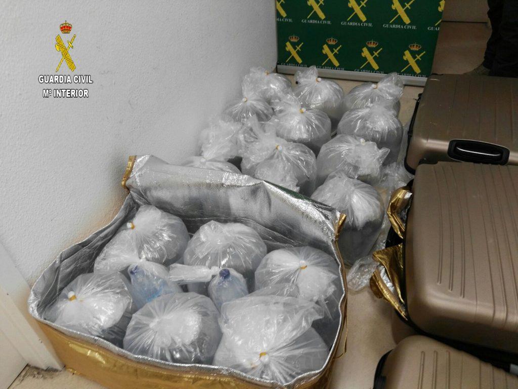 Las angulas vivas en el interior de las maletas que la Guardia Civil capturó en el aeropuerto de Sevilla el 3 de marzo. Fuente: Guardia Civil.