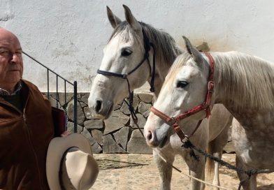 Álvaro Domecq Romero con dos bisnietas de Espléndida, este jueves en Los Alburejos.