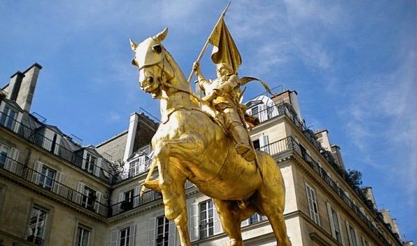 Escultura de la heroína Juana de Arco, en plaza de las Pirámides, París. Foto: blog Titeparisienne.