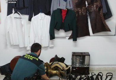 Trajes de corto y material ecuestre recuperado por la Guardia Civil de Los Palacios, Sevilla.