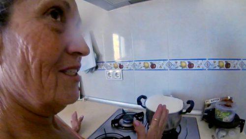La ganadera hirviendo leche recién ordeñada a la hija de Cuernecitos, ayer, durante la grabación de este vídeo en la casa de Arcos (Cádiz).