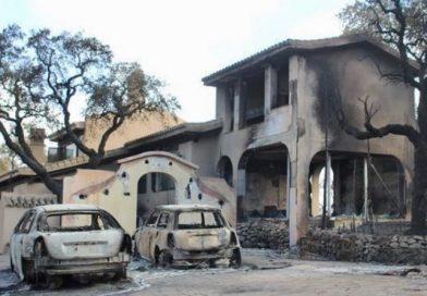 El fuego que accedió en 2012 a este chalet en Ojén (Málaga) calcinó miles de hectáreas de monte. Las llamas se alimentaron de la vegetación colindante y la carga combustible de los vehículos.