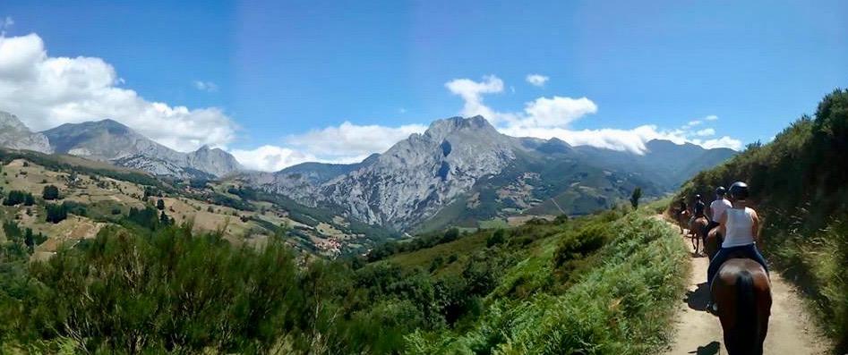 ¿Has reservado las vacaciones para otoño? En la comarca histórica del Valle de Liébana (Cantabria) hay travesías ecuestres de hasta seis días de duración en los que se recorre el parque nacional de Picos de Europa, una de las mayores reservas nacionales de la naturaleza. El centro ecuestre Aravalle, en Cillorigo de Liébana dispone de rutas a caballo desde 85 euros el día, incluyendo el almuerzo en este paraje de belleza sobrecogedora.