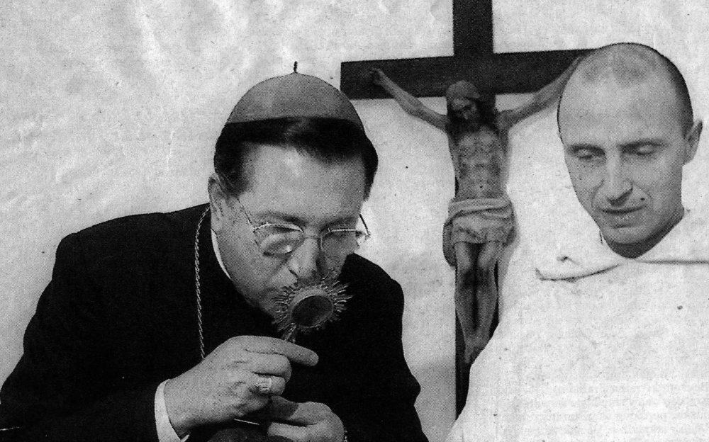 A la derecha de esta imagen de archivo, Juan María Moreno de la Cova, Juani, como le conocen en familia, cuando ya era Fray Pedro y prior de la Cartuja de Jerez, junto al obispo de la Diócesis de Jerez, Juan del Río.