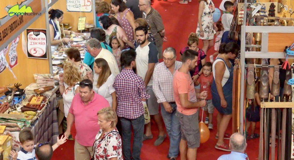 Visitantes paseadno por los pasillos gastronómicos de Expohuelma, que se ha celebrado este fin de semana en el municipio jienense.