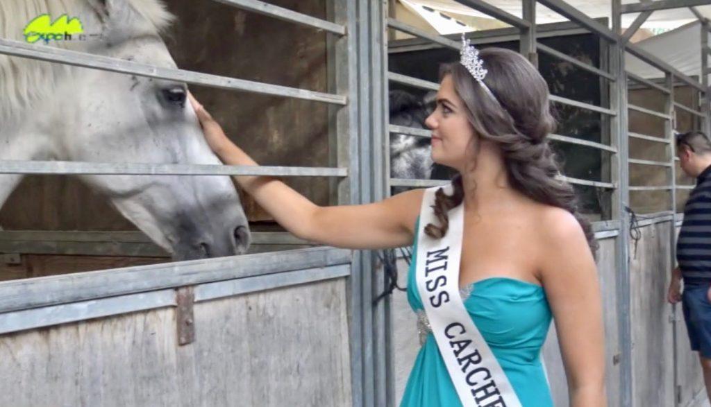 Los participantes ganadores de las fiestas de Sierra Mágina visitaron los expositores donde descansaban los caballos asistente a la muestra ganadera de Huelma, en Jaén.