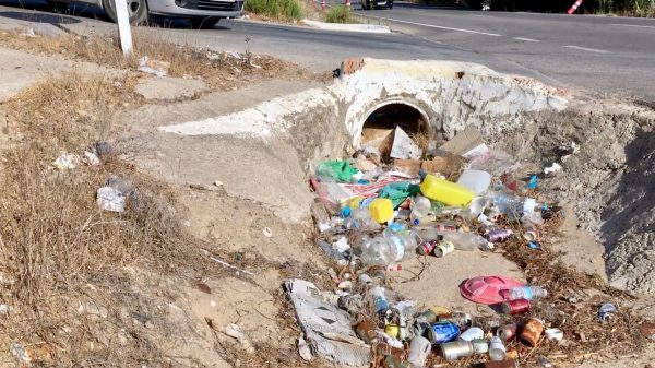 Basura acumulada en la cuneta de la carretera A-314 Vejer-Barbate, esta mañana.