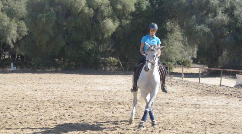 La deportista paraecuestre Flore Espina entrenando a Triunfo el miércoles en El Acebuchal, en Vejer.