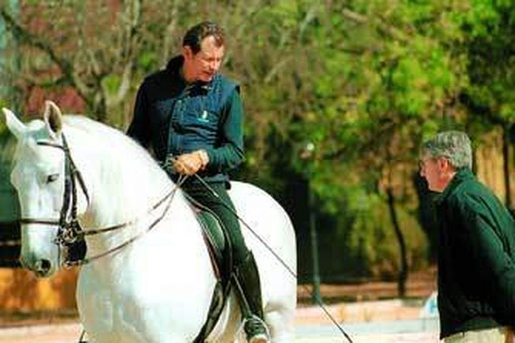 Rafael Soto e Invasor atienden al exseleccionador de doma clásica, Jean Bemelmans en una imagen de archivo publicada en el artículo No hay sexto mal, de Diario de Jerez.