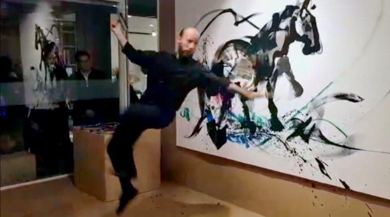 El artista colombiano César Figueroa acabando un retrato equino durante la exposición celebrada estos días en la galería mexicana Baga 06.
