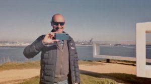 El profesor de Historia, Ángel J. Sáez fotografía con su móvil a nuestro dron durante la grabación del vídeo en el Parque del Centenario, en Algeciras, el pasado lunes.