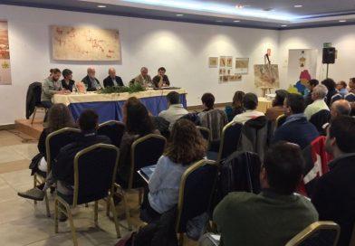 Carlos Gómez de Avellaneda, tercero por la izquierda, durante las V Jornadas de Prehistoria y Arqueología de Campo de Gibraltar, hoy, en Los Barrios.