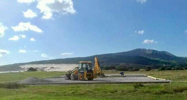 Una máquina trabajando en la construcción del chiringuito del chef Dani García, estos días, en la playa de Valdevaqueros, Tarifa. Fuente: Madre Tierra.