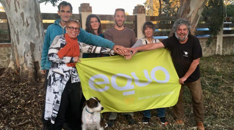 De izquierda a derecha junto a la perra Duna, miembros de Somos Equo Tarifa Verdes: Annette Vohns, Jörn Selling, Harry Stevenson, Florian Mayerhofer, Rosmarie Hennecke y Paco Montoya, del colectivo Cigüeña Negra, en la Estación Ornitológica de Tarifa.