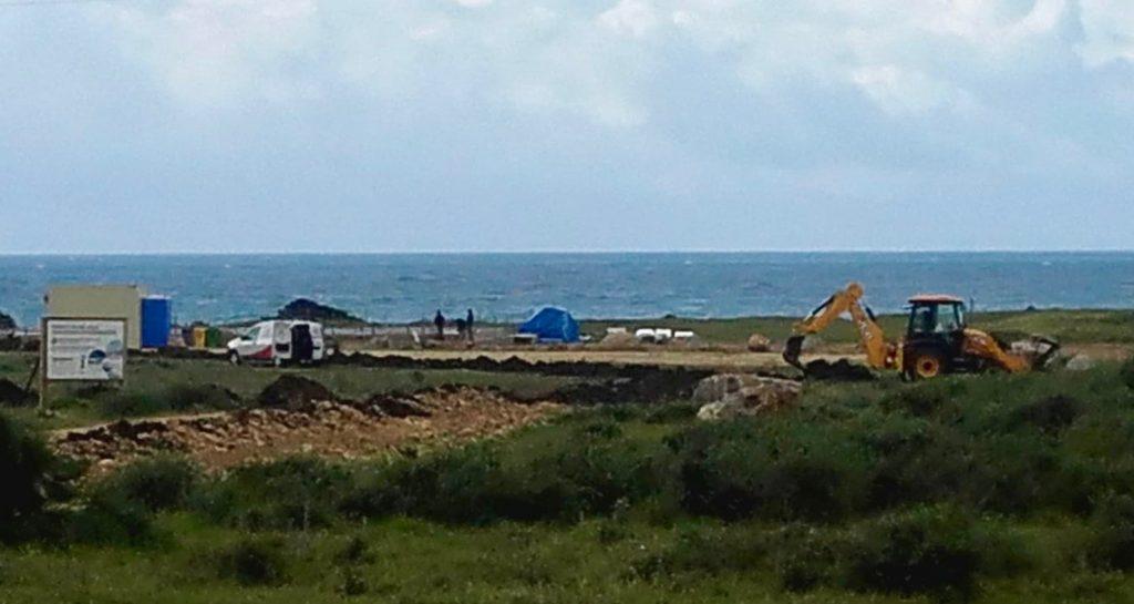 Los trabajos de construcción del restaurante en la playa de Valdevaqueros, Tarifa, continúan esta mañana.