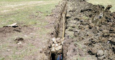 Cables y tuberías por debajo de restos antiguos para zanjar el dilema de Valdevaqueros